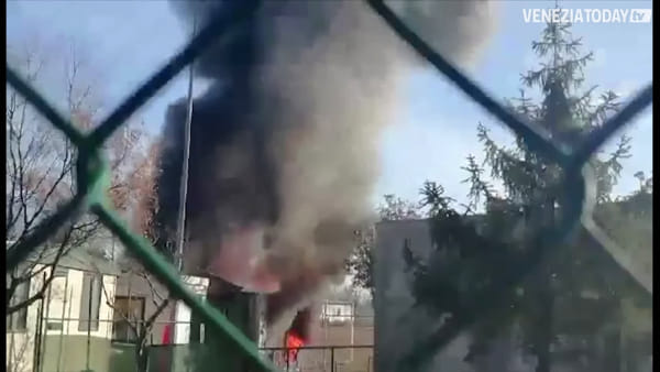 Due container in fiamme al campo sportivo di Martellago | VIDEO