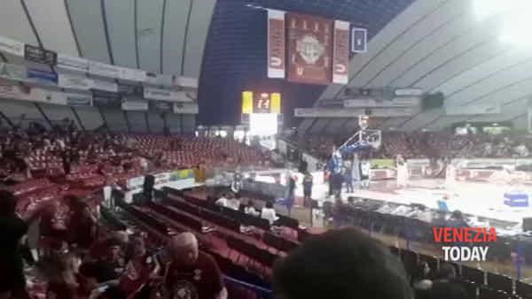L'ingresso dei giocatori di Sassari salutato così dai tifosi orogranata