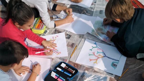 I disegni sugli alberi realizzati da 270 bambini con Michelangelo Rossato esposti in corte Errera