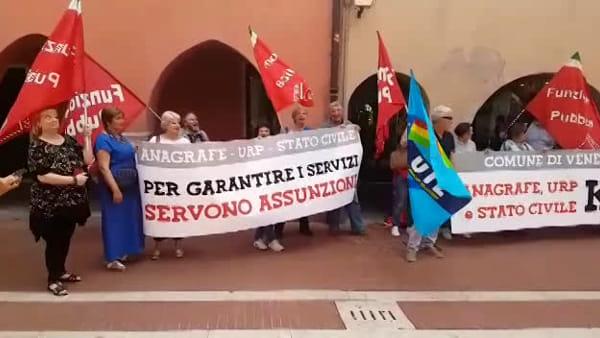 Impiegati dell'anagrafe in via Palazzo: «Assunzioni subito». Lo sciopero di venerdì