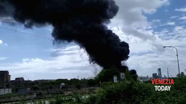 Incendio alla ditta di prodotti chimici, la tremenda colonna di fumo nero | VIDEO
