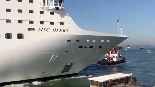Il lungo fischio della nave prima dello schianto contro la banchina | VIDEO