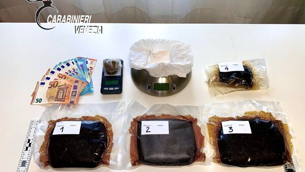 Ai domiciliari, esce per spacciare: trovato con un sasso di cocaina e 2 chili di hashish in casa