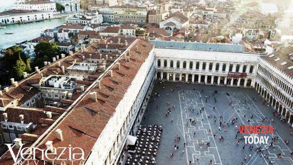 Il cuore dei veneziani pulsa a San Marco, in mille per la foto da record