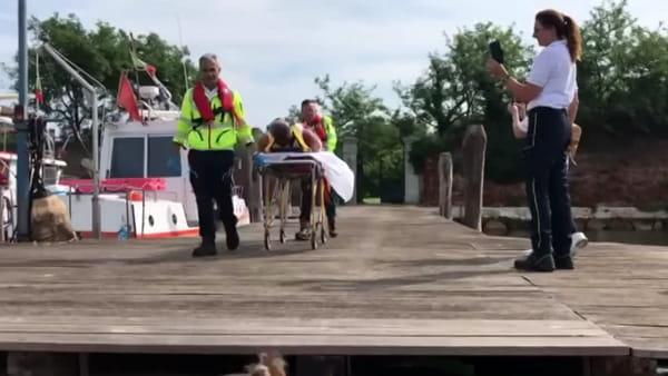 Marito e moglie cadono sugli scogli e si feriscono: «Niente paura, è un'esercitazione dell'Ulss3»