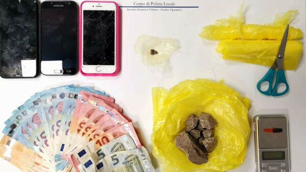Getta l'eroina dal terrazzo del B&B dove era domiciliato: arrestato un pusher