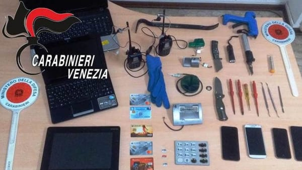 Foto: materiale sequestrato dai carabinieri