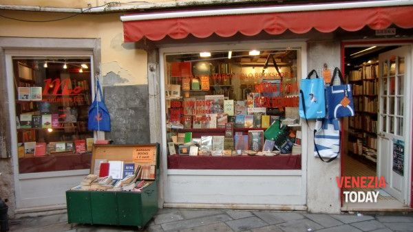 Multa alla libreria Marco Polo, reading no stop di solidarietà