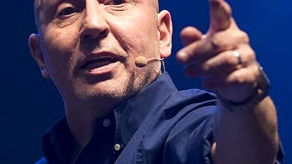 """La comicità di Maurizio Battista in """"30 anni e non li dimostra"""" al Goldoni"""
