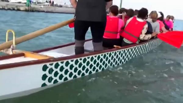 Dragon boat in acqua e via: le donne del Trifoglio Rosa vogano in nome della prevenzione