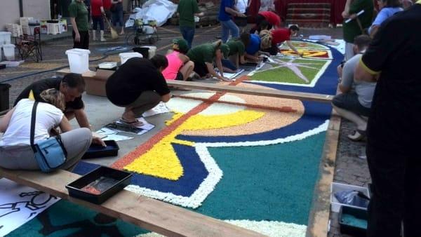 Infiorata a Noale, torna il tappeto di fiori lungo 50 metri nel centro storico