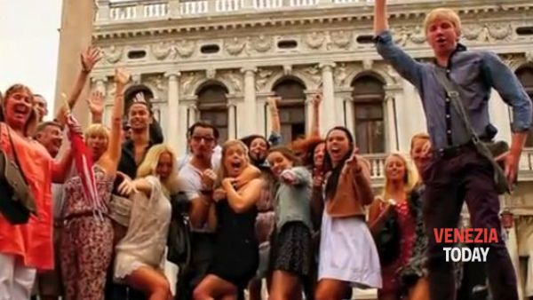Proposta di matrimonio danzante in piazza San Marco, il video è già cult