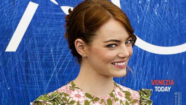 "Venezia73, la bellezza di Emma Stone illumina il ""red carpet"". Fan in visibilio per la star Usa"
