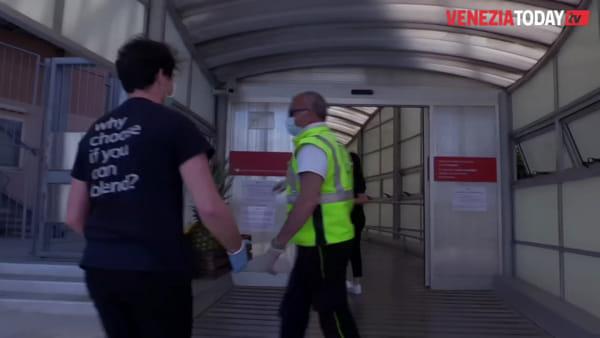 Frutta e prosecco donati al personale sanitario: l'iniziativa di un locale veneziano | VIDEO