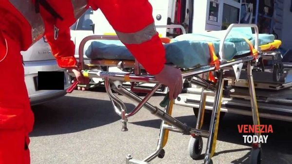 """Ambulanza in ritardo di un'ora"" Donna muore nell'ascensore"
