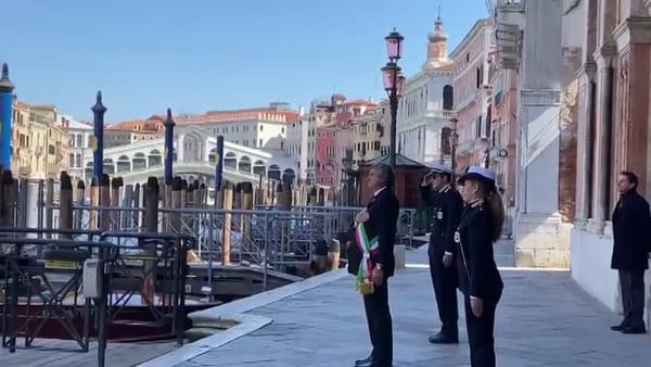 Un minuto di silenzio e l'inno di Mameli per onorare le vittime del virus | VIDEO