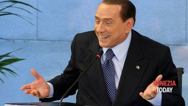 """Berlusconi a Mirano """"ci prova"""" con l'impiegata: """"Quante volte viene?"""" VD"""