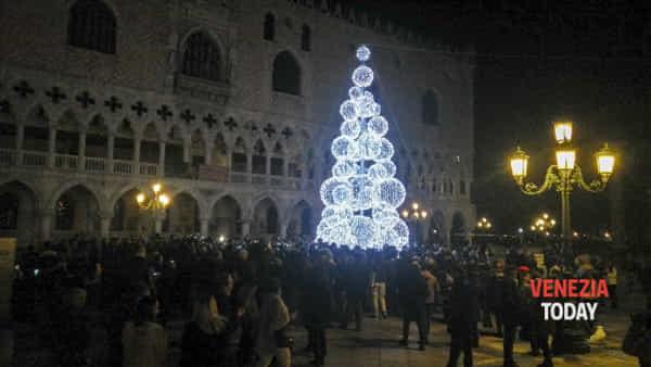 Si accende il Natale in piazza San Marco
