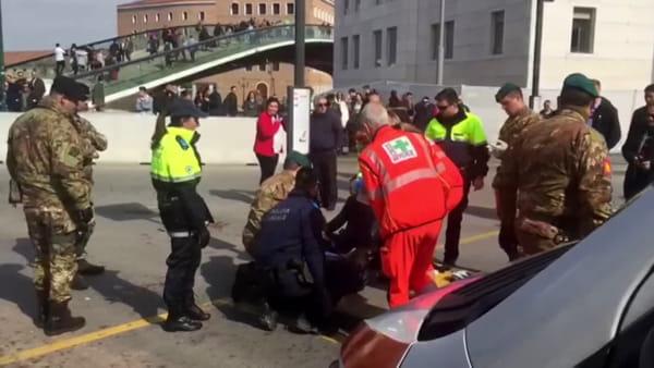 Feriti a terra dopo l'accoltellamento, intervengono i soccorsi VIDEO