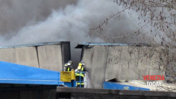 Inferno di fuoco in una ditta di raccolta rifiuti a Ballò di Mirano VIDEO