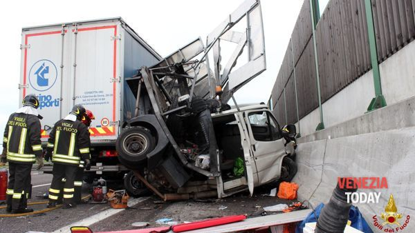 Grave incidente sul Passante, tir travolge tre operai: due morti