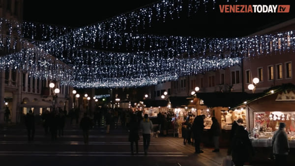 Il centro di Mestre si tinge dei colori del Natale: le luci e i mercatini | VIDEO