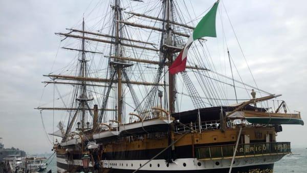 Lo spettacolo delle navi Amerigo Vespucci e San Giorgio a Venezia | VIDEO