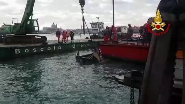 Recuperata l'edicola alle Zattere spazzata via il 12 novembre | FOTO e VIDEO