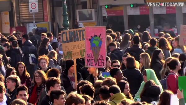 «C'avete rotto il clima», migliaia di studenti in corteo per il futuro del pianeta | VIDEO
