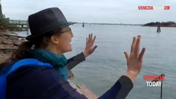 Barriere abbattute e rive erose: i danni alla Giudecca | video