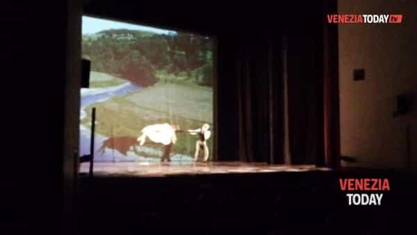 Alice: i Momix delle meraviglie incantano il teatro Toniolo | VIDEO