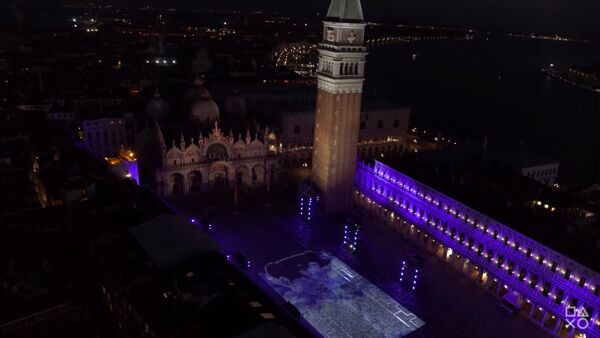 Piazza San Marco si illumina di blu per il lancio di PlayStation 5 | VIDEO