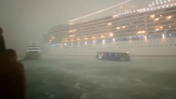 Grande nave vicina alla banchina nella tempesta. Timore e reazioni | VIDEO