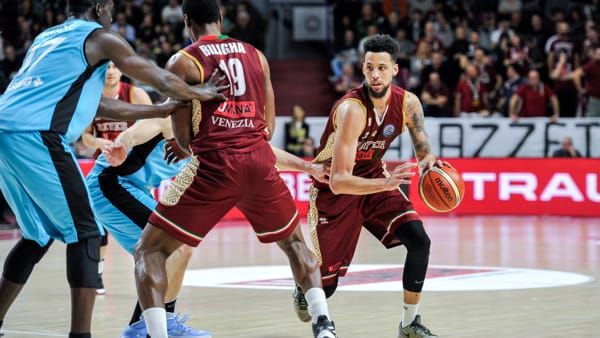 Partita thrilling: la Reyer super la Movistar 92 a 91, ma l'Aek la condanna all'Europe Cup