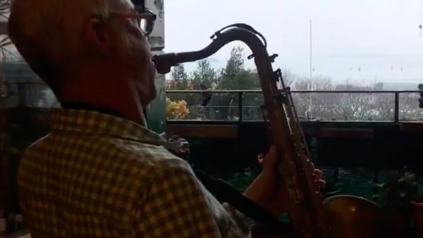 Anche Furio ha suonato affacciato alla sua finestra | VIDEO