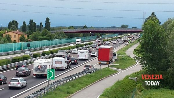 Incidente tra due tir in autostrada, code di cinque chilometri in A4