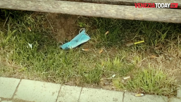 Non tutti si comportano in modo civile: mascherine e guanti gettati a terra dopo l'utilizzo | VIDEO
