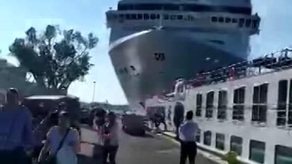 Il fragore dell'impatto della nave e il fuggi fuggi della gente spaventata VIDEO