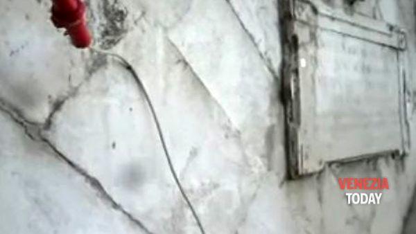 """Masegni del Ponte di Rialto """"bucati"""" dal plateatico di un ristorante VIDEO"""