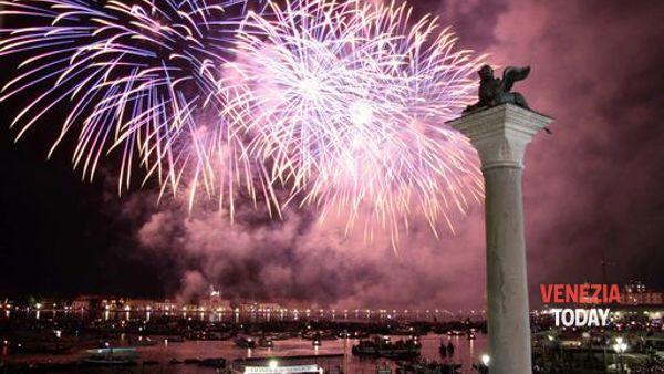 Capodanno 2018, la magia e i colori dei fuochi d'artificio nel Bacino di San Marco