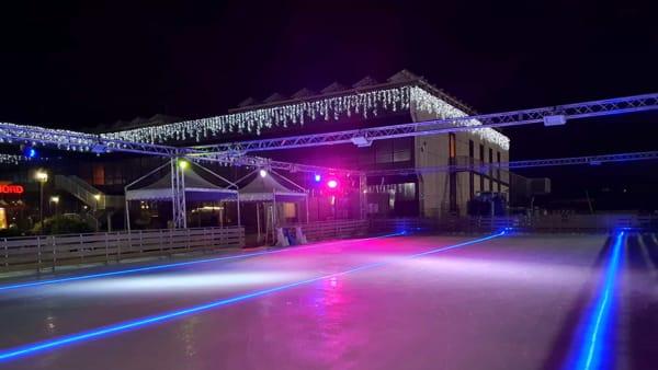 Al centro Tom è già Natale con una grande pista di ghiaccio