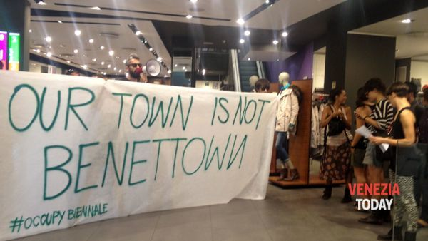 """Our town is not Benettown"", slogan dei no global sul restauro del Fontego"
