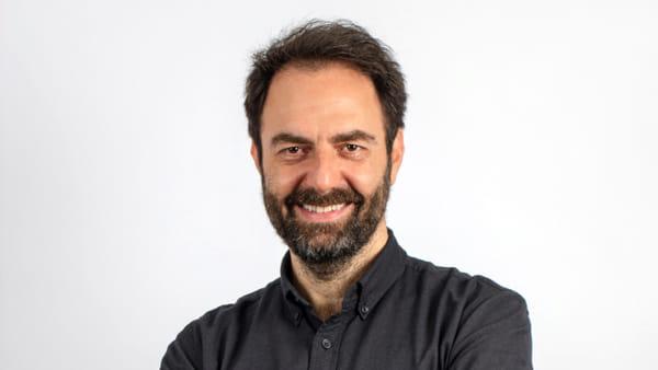 Neri Marcorè porta le canzoni altrui al Teatro Toniolo