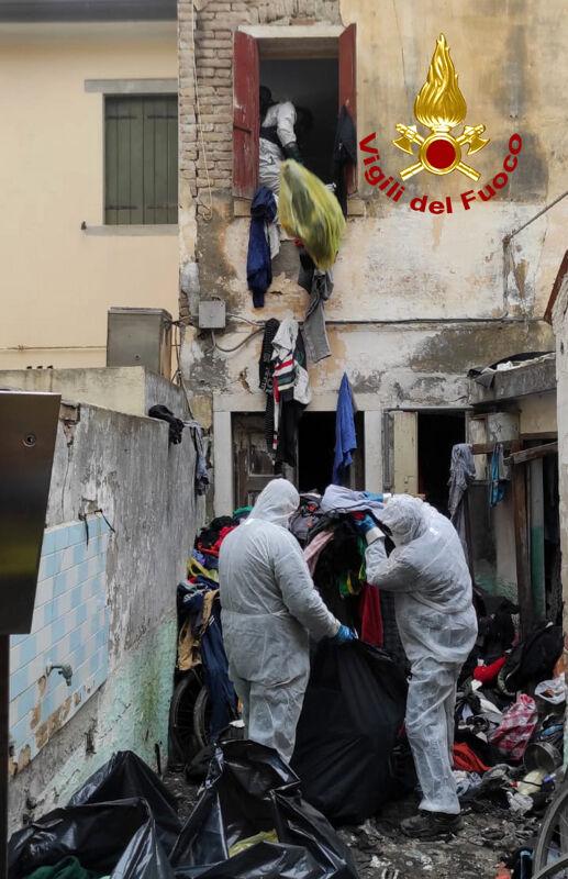 75enne trovato morto in casa, sepolto sotto un cumulo di materiale