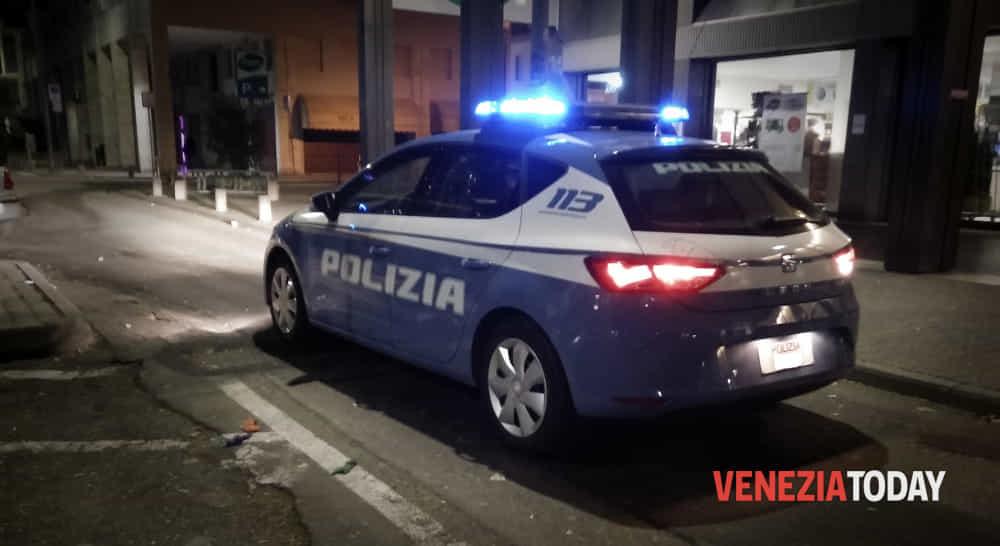 Aggredito con coltello per strada e ferito: due rapinatori presi dopo l'inseguimento