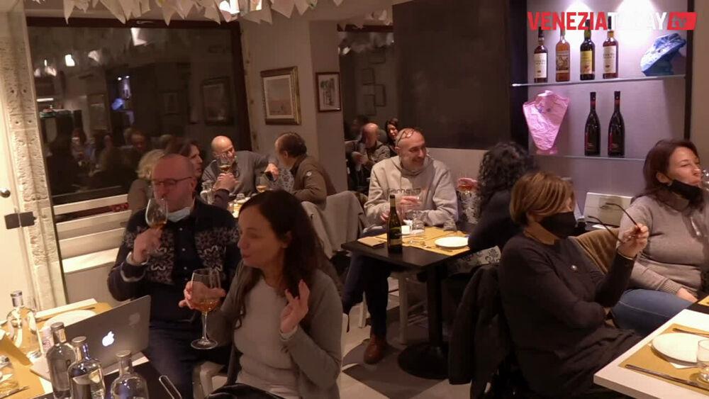 La protesta dei gestori: a Venezia due bacari aperti | VIDEO