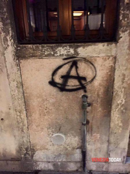 Gli anarchici marciano per Venezia: scritte e danni